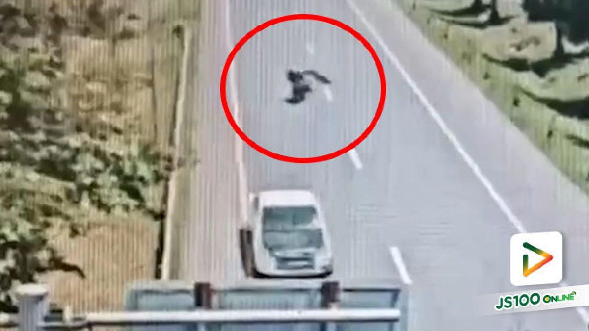 ของตกบนถนนถูกปิคอัพเหยียบ ก่อนปลิวใส่จยย.ล้มไถลไกล