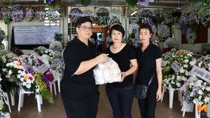 แฟนคลับหอบน้ำเต้าหู้ 100 ถุง ร่วมงานศพ 'โอ วรุฒ'