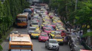 ภาพว่อน! แท็กซี่จอดยาวเหยียดกินเลน ทำรถติดหนัก