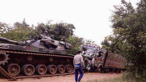หาชมยาก รถถังทหาร ช่วยลากจูง 10 ล้อติดหล่ม