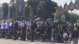 ประชาชนรอรับเสด็จพระเจ้าอยู่หัว  ปิดถนนศรีอยุธยาทั้งเส้น ไม่ให้รถผ่านเข้า-ออกแล้ว