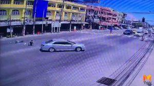 รถยนต์เก๋งคัมรี่พุ่งชน จยย. จอดติดไฟแดงแล้วหนี