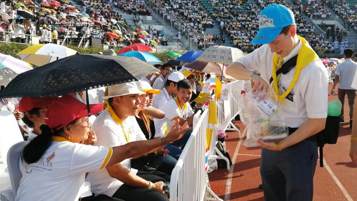 จิตอาสาชาวไทยและต่างชาติ ร่วมให้บริการประชาชนที่มารับสมเด็จพระสันตะปาปา ณ วัดราชบพิธฯ และสนามศุภฯ