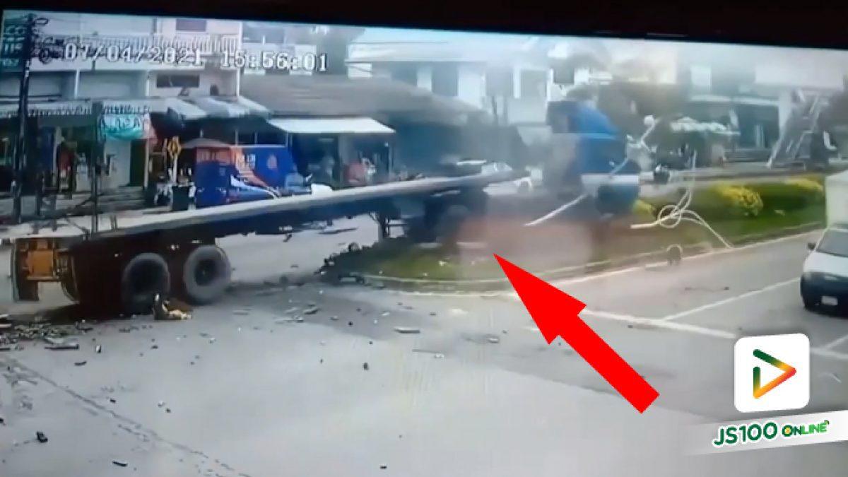 คาดหลับใน! รถบรรทุกเสียหลักปีนขึ้นฟุตบาท ก่อนชนเสาไฟแดงและจยย. เสียชีวิต 2 คน คนขับเจ็บสาหัส