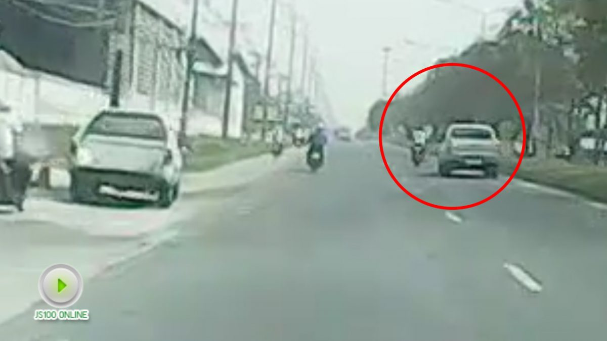 คลิปรถกระบะชนกับรถจยย. ถนนสุขุมวิท (17-01-61)