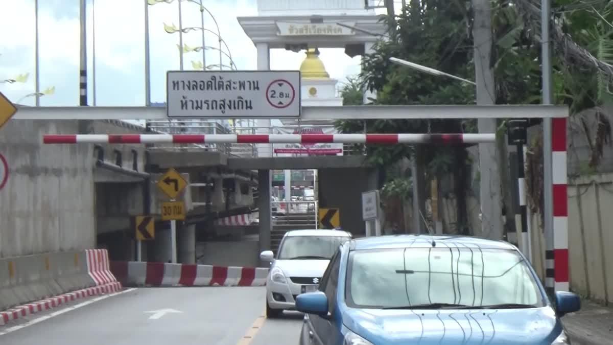 ห้ามไม่ฟัง!! ฝ่าทางลอดใต้สะพานถูกคานเหล็กฟาดตกรถ