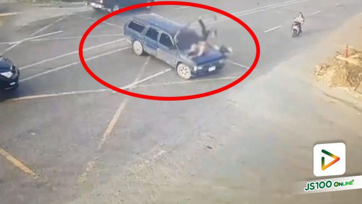 ปิคอัพขับข้ามแยก จยย.ซิ่งพุ่งชนอย่างจัง ร่างกระเด็นข้ามหน้ารถ เจ็บสาหัส (04/11/2020)