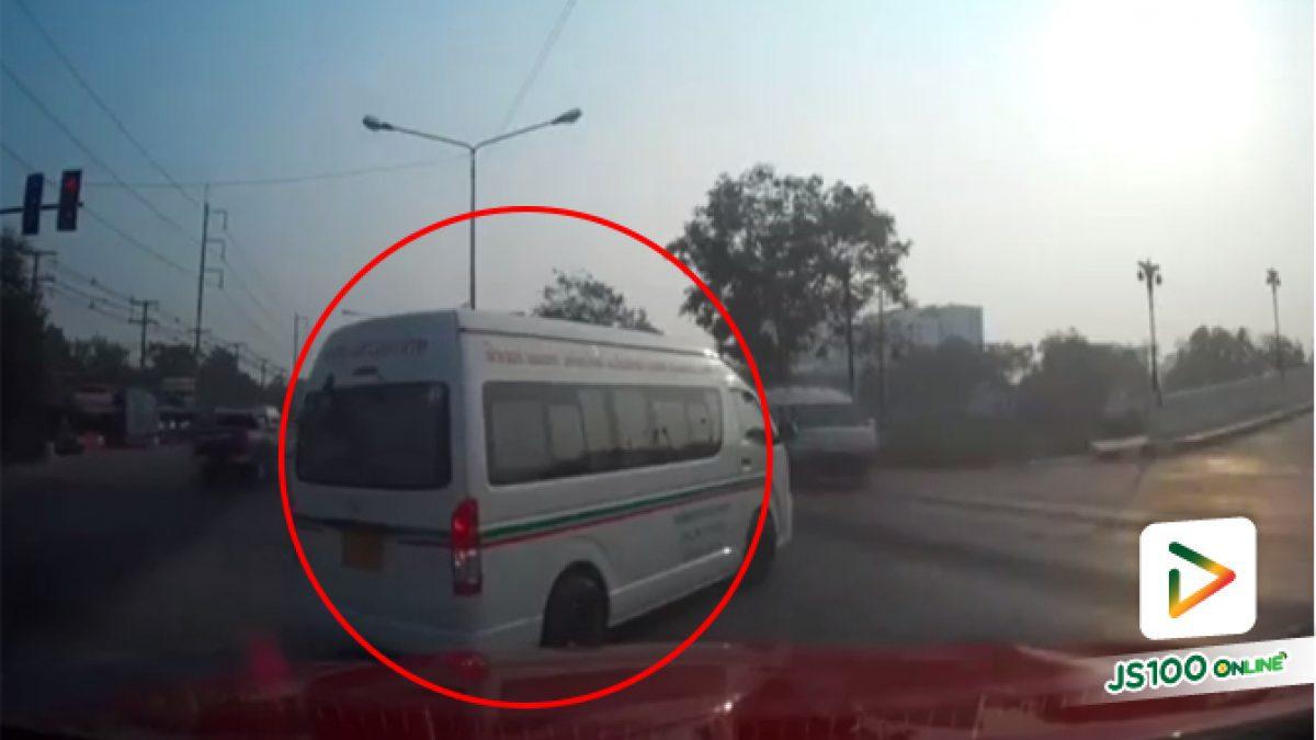 คลิปรถตู้โดยสาร วิ่งปาดมาแทรกเพื่อรอเลี้ยว (16-01-62)