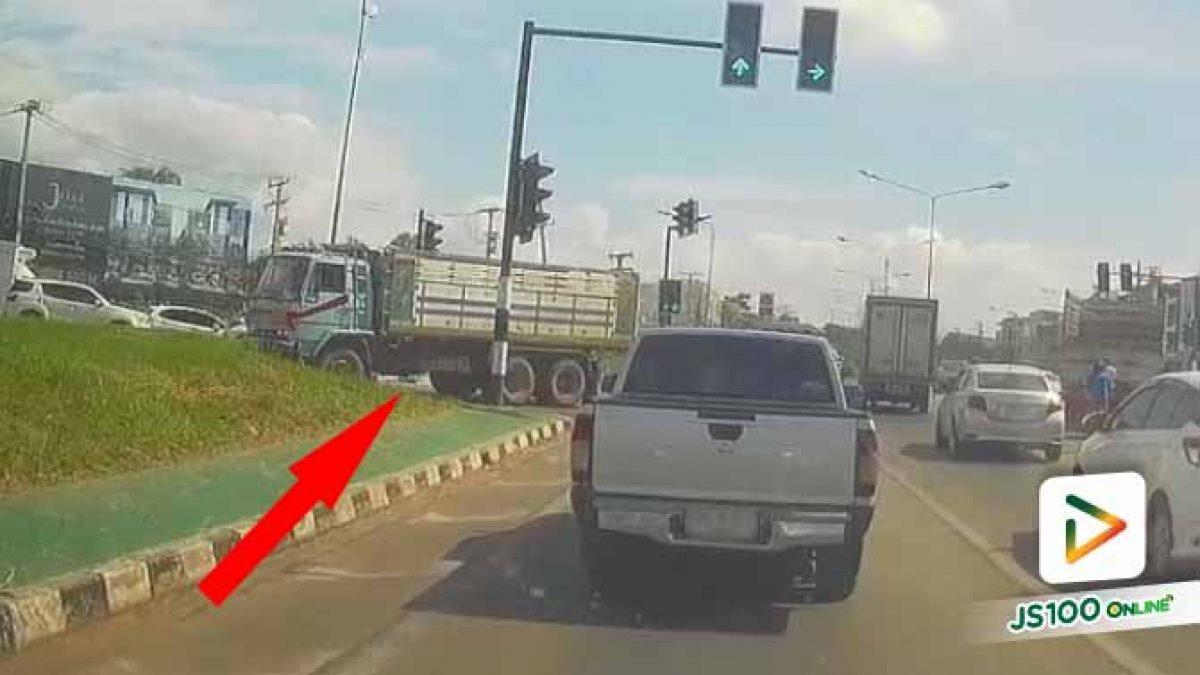 คิดว่าเป็นรถใหญ่แล้วจะฝ่าไฟแดงตัดหน้าคันอื่นแบบนี้เหรอ เกินไป!! (15/07/2020)