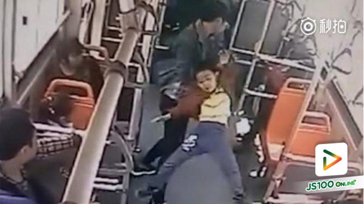 คลิปหนุ่มชาวจีนหัวร้อนจับเด็ก 7 ขวบทุ่มพื้นและกระทืบซ้ำบนรถเมล์ (03-05-61)