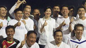 'ปู' ยิ้มร่า แจกส้ม-ปฏิทินทักษิณ งานดวลแข้งเพื่อไทย-สื่อ