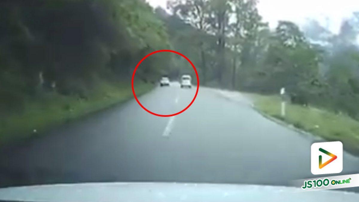 คลิปนาทีหินตกลงมาจากภูเขาใส่รถที่กำลังวิ่งผ่านเต็มๆ เหตุเกิดที่ต่างประเทศ (11-10-61)