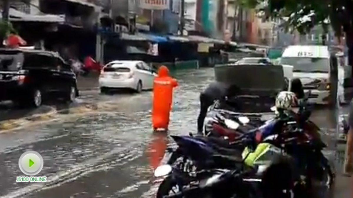 น้ำยังท่วมขัง แม้ฝนหยุดตก ในซอยอุดมสุข