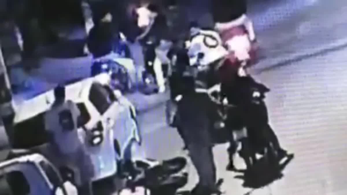 รวบ 4 วัยรุ่น รุมทำร้ายคู่กรณีกลางถนน ไม่แคร์สายตาชาวบ้าน