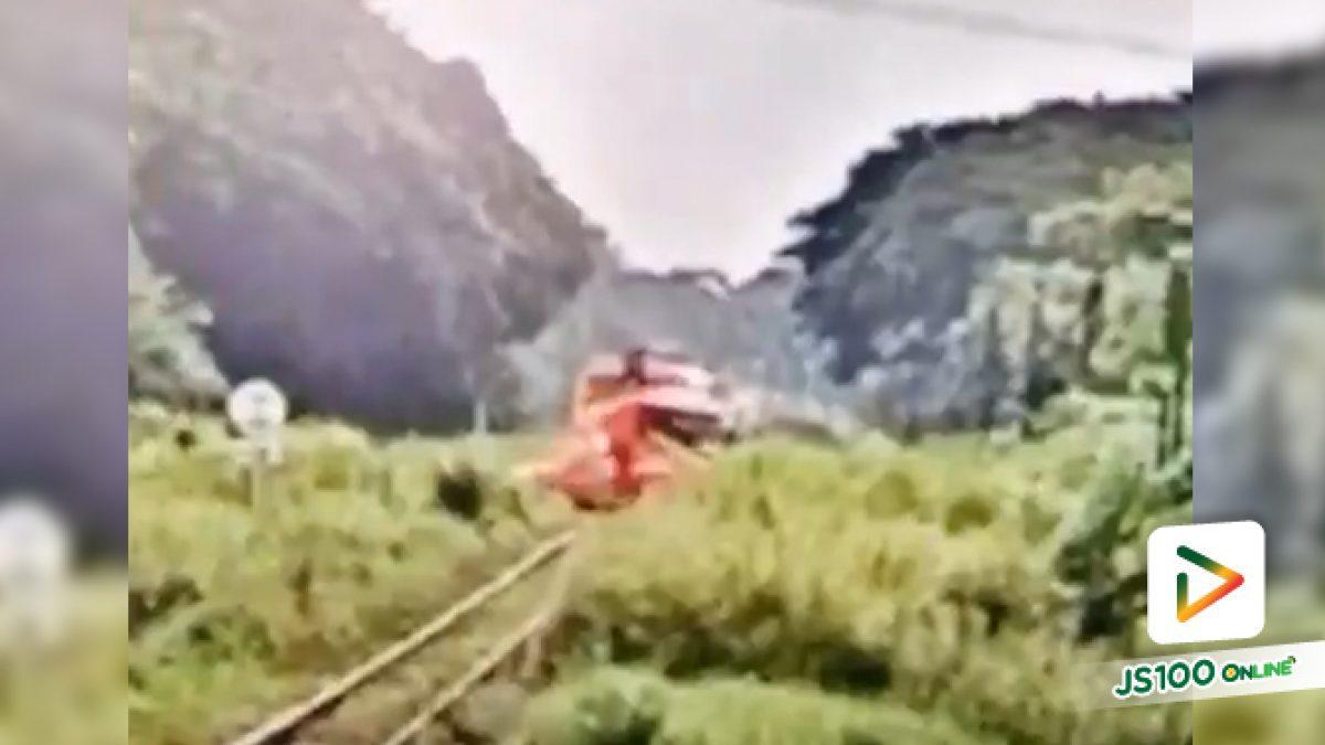 คลิปนาทีรถไฟขบวนกรุงเทพ - น้ำตก พุ่งชนรถขนส่งสินค้าระหว่างชุมทางหนองปลาดุก - สระโกสินารายณ์ (14/09/2019)