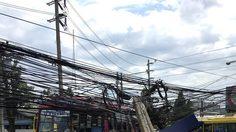 รถเมล์ชนเสาไฟฟ้าหัก 2 ต้น แยกสะพานแดง ถนนทหาร ไฟฟ้าดับเร่งแก้