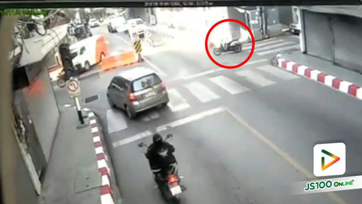 คลิปอุบัติเหตุรถมอเตอร์ไซค์ขับขี่ไม่ดูรถทางซ้ายก่อนเกิดการชนกัน บริเวณแยกศรีจันทร์ (6-11-61)