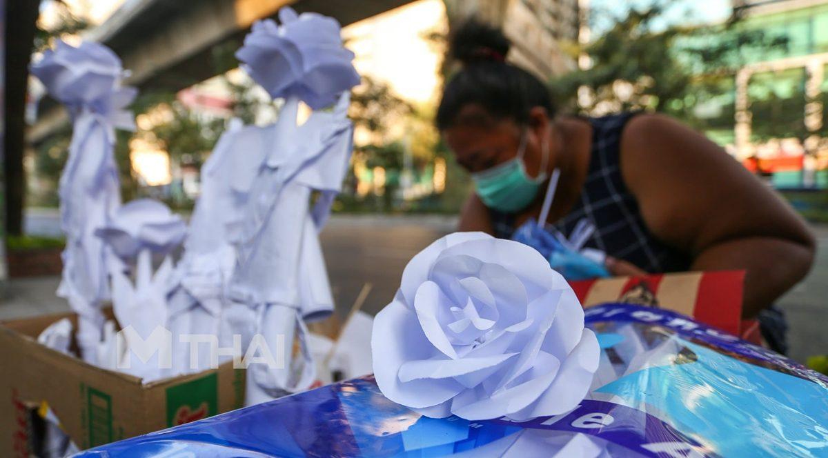 หญิงไร้บ้าน พับกระดาษขาย สู้ชีวิตในวันที่ไม่เหลืออะไร