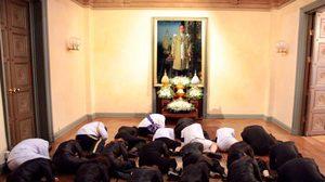 ประมวลภาพ พิธีอธิษฐานจิต ดอกไม้จันทน์ ช่อพิเศษจากทั่วโลก
