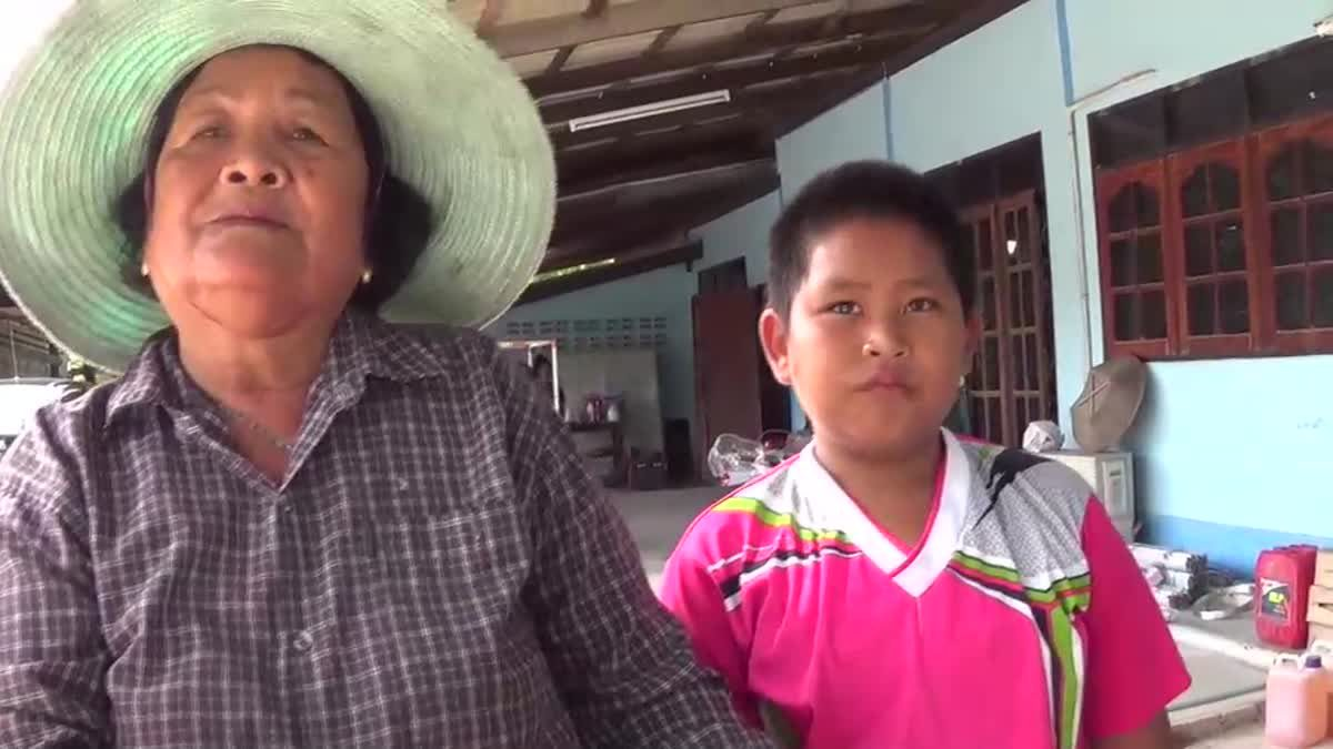 เด็กชายยอดกตัญญูช่วยพระเดินบิณฑบาตร นำอาหารมาเลี้ยงครอบครัว