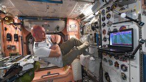 เชียร์จากนอกโลก! นักบินอวกาศ เยอรมัน เชียร์ ฟุตบอลโลก ในสภาวะไร้น้ำหนัก
