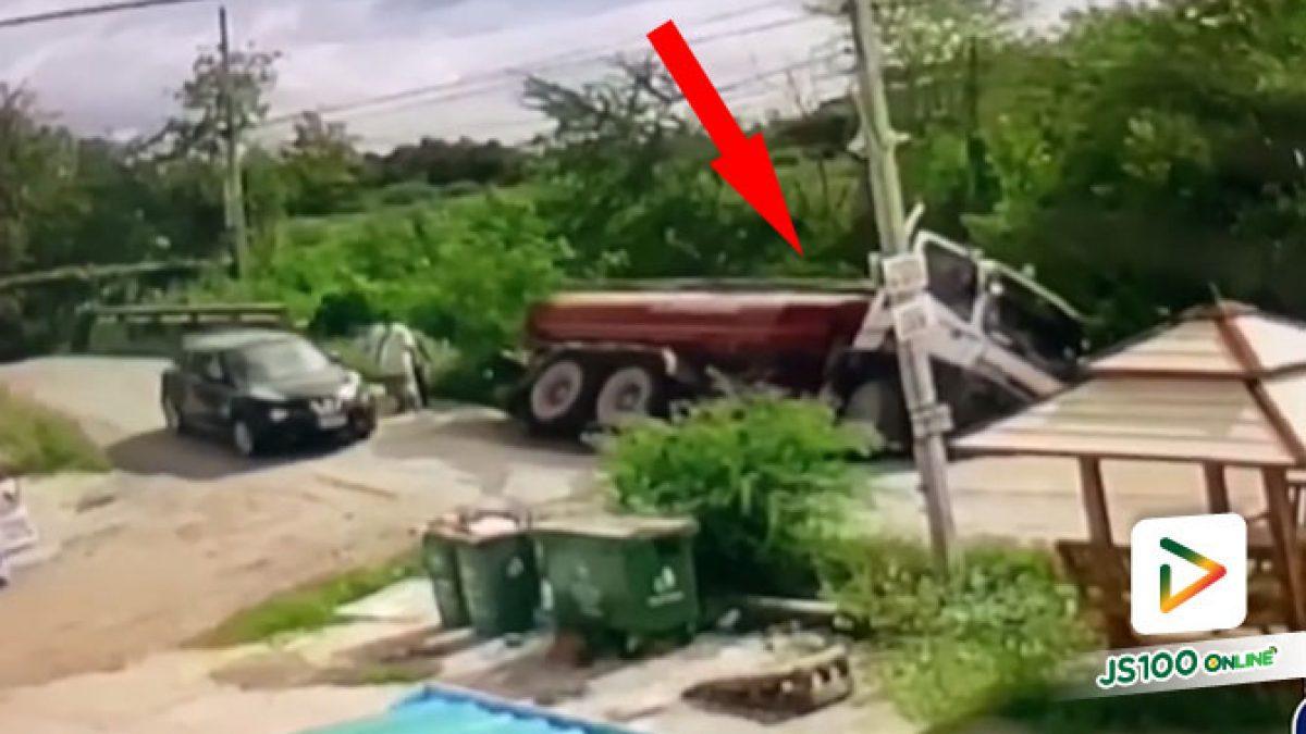 รถยนต์ชนท้ายกันจอดกีดขว้างถนน รถบรรทุกจอดหลบสุดท้ายดินทรุดร่วงตกคลอง (30/09/2020)