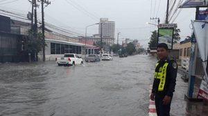 ฝนถล่มพัทยา ทำน้ำท่วมขัง เจ้าหน้าที่ลุยช่วยเหลือประชาชน