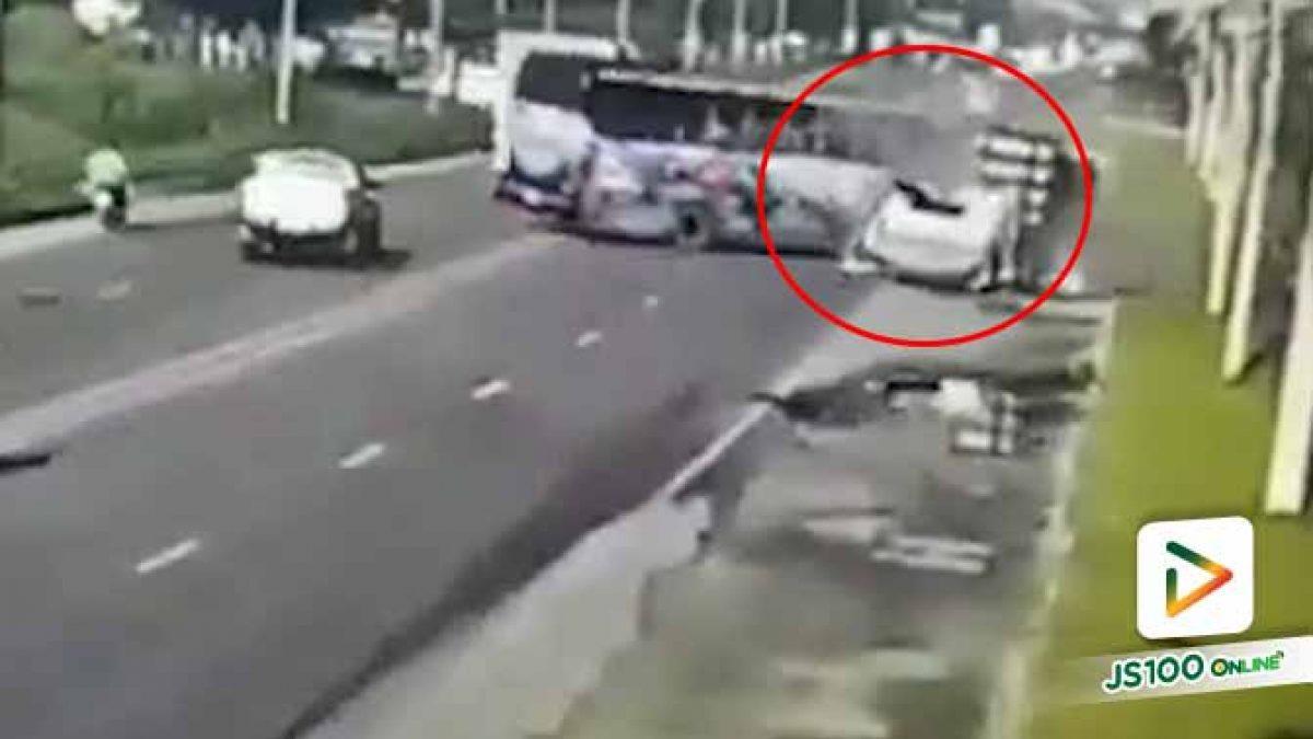 นาที!! รถบัสรับส่งพนักงานหักหลบปิคอัพ พุ่งข้ามเลนไปชนรถพ่วง 18 ล้อ คนขับเสียชีวิต (15/10/2019)
