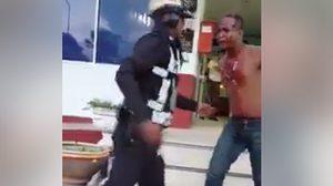 หนุ่มโวยตำรวจ ใช้เท้าเตะพี่ชายระงับเหตุวิวาท แม้ถูกกระทำเลือดอาบ