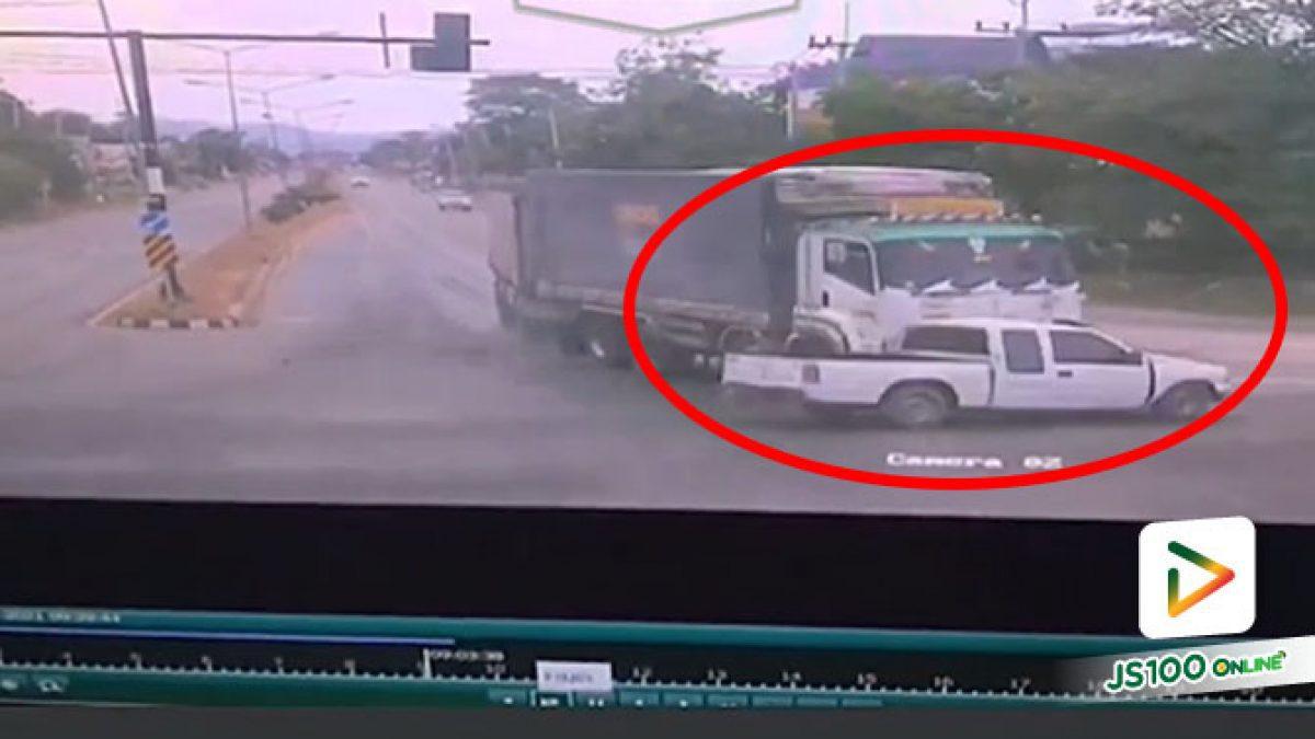 รถบรรทุกซิ่งฝ่าไฟแดง พุ่งชนปิคอัพกลางลำเต็มแรง บาดเจ็บ 2 คน
