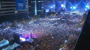 อย่างกับคอนเสิร์ต!! ผู้ประท้วงที่เกาหลีใต้ เล่นเวฟไฟขับไล่ประธานาธิบดี