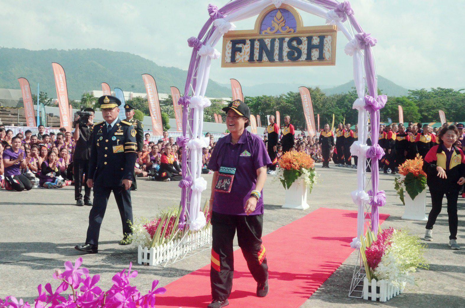 """สุดปีติ! พลเอกหญิง สมเด็จพระกนิษฐาธิราชเจ้าฯ ทรงพระดำเนินระยะทาง 1.3 กม. """"งานเดิน -วิ่ง ประเพณี เขาชะโงก ซูเปอร์ฮาล์ฟ มาราธอน 62"""""""
