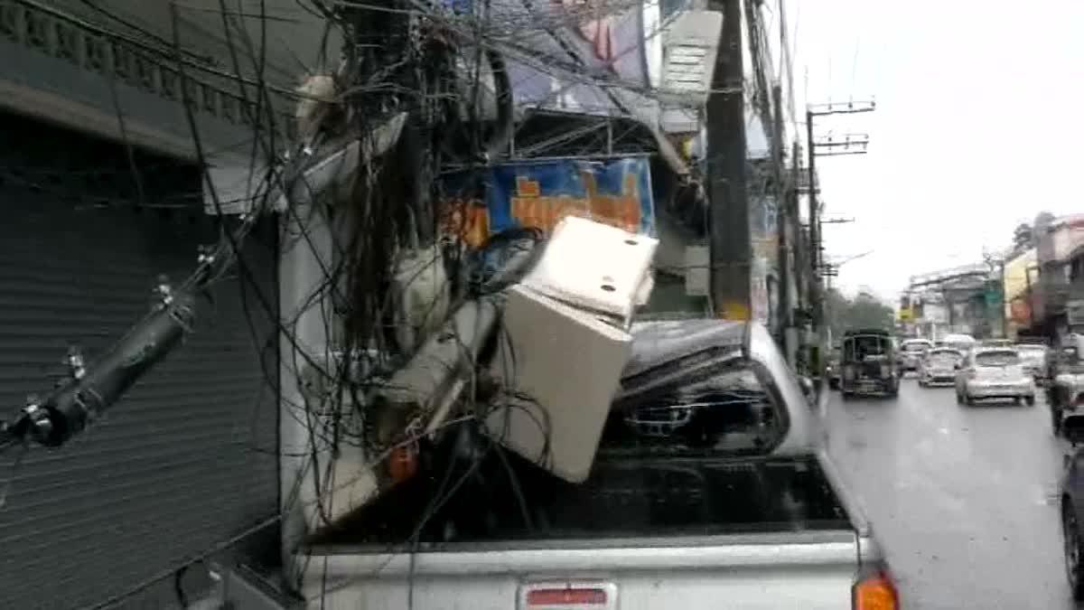 วุ่นทั้งเมือง!  ฝนตกหนักกระบะเสียหลักชนเสาไฟฟ้าดับทั่วเมืองคอน