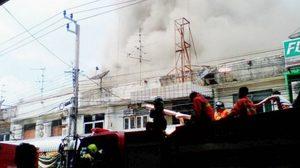 ไฟไหม้!ร้านทองท่าน้ำปากเกร็ด  เพลิงลุกโชนหวิดวอดหลายคูหา