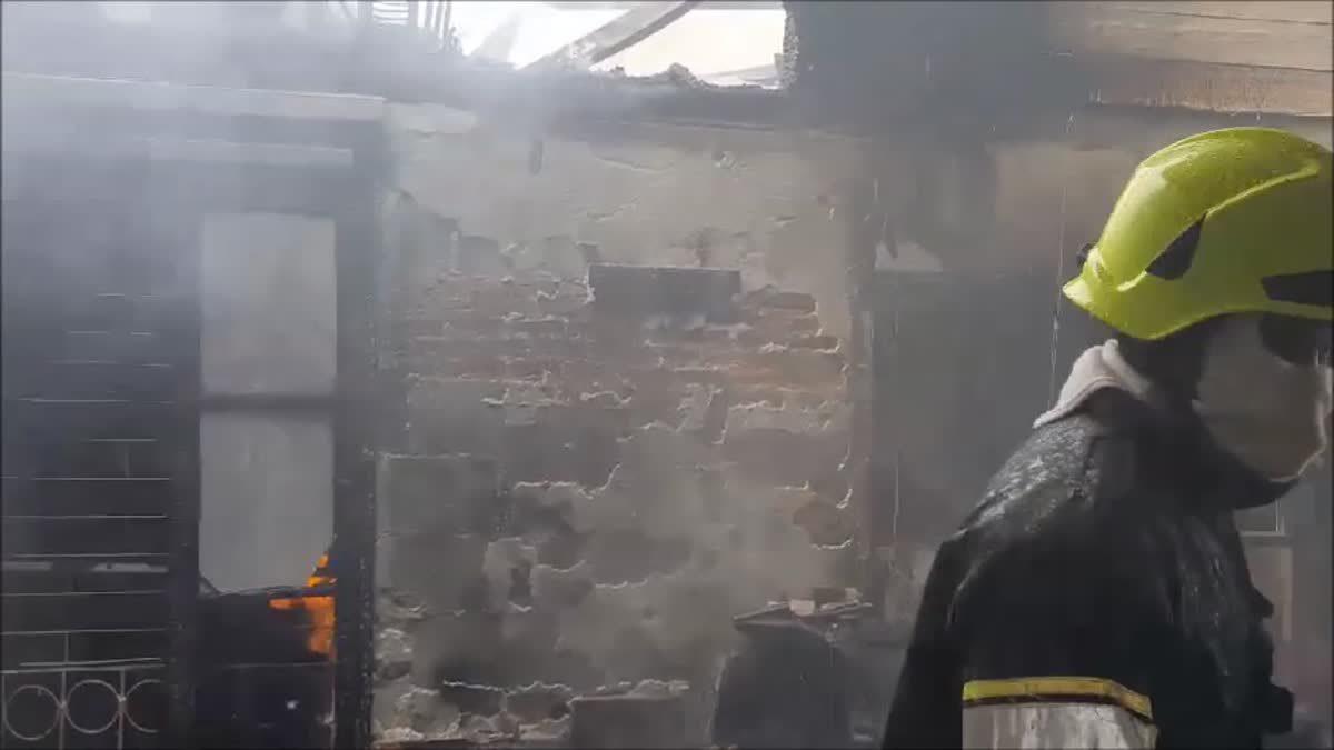 ฮือฮา! ไฟไหม้บ้าน 2 ชั้นวอดทั้งหลังย่านนนทบุรี พบภาพพระราชินีไม่ได้รับความเสียหาย