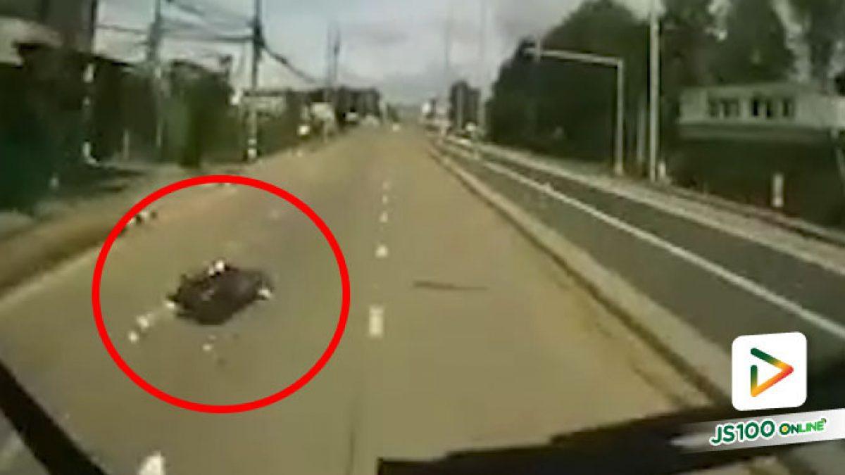 จยย.ซ้อน 4 ขี่แฉลบฟุตบาทล้ม รถบรรทุกเบรคไม่ทันทับร่างซ้ำ เสียชีวิต 1 คน บาดเจ็บ 3 คน