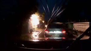 เปิดคลิปนาทีระทึก! เสาไฟฟ้าล้มทับรถยนต์ถนนจตุโชติ เขตสายไหม