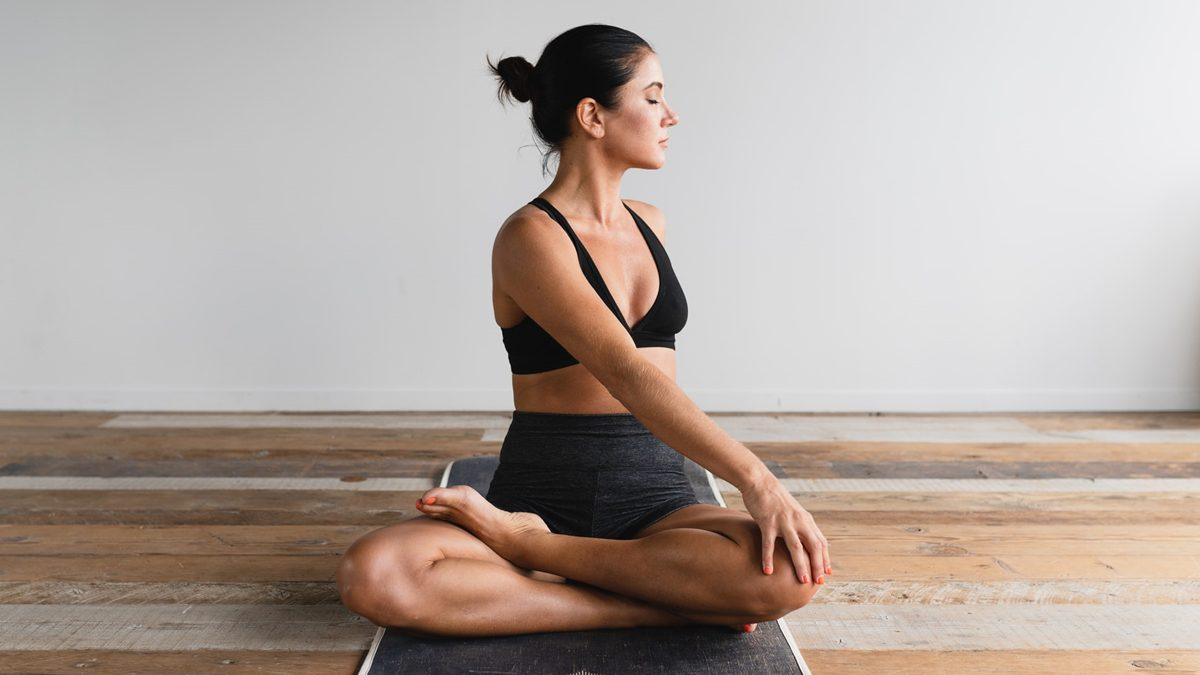3 คลาสโยคะง่ายๆ ทำได้ที่บ้าน ปรับสมดุลให้ร่างกาย ลดความเครียดจากการทำงาน