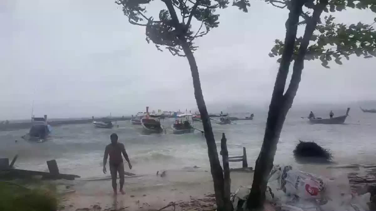 ฝนตกหนัก พายุซัดเรือประมงขนาดเล็กจมกว่า 10 ลำ บ้านเรือนได้รับความเสียหาย