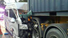 รถตู้หลับในชนท้ายรถบรรทุกตู้คอนเทนเนอร์ บาดเจ็บ 12 คน