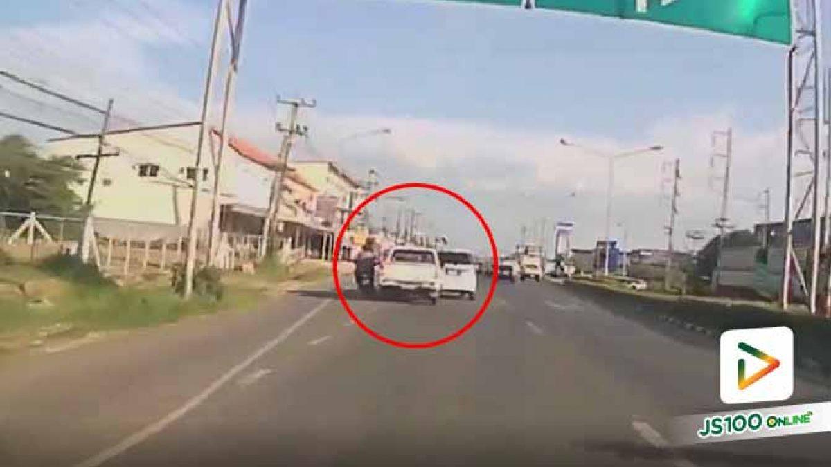 หลักฐานชัดเจน!! ปิคอัพขับเร็วหวังแซงซ้าย แต่เสียหลักหลบจยย. พุ่งชนรถคันหน้าอย่างจัง ก่อนหลบหนี (07/10/2019)