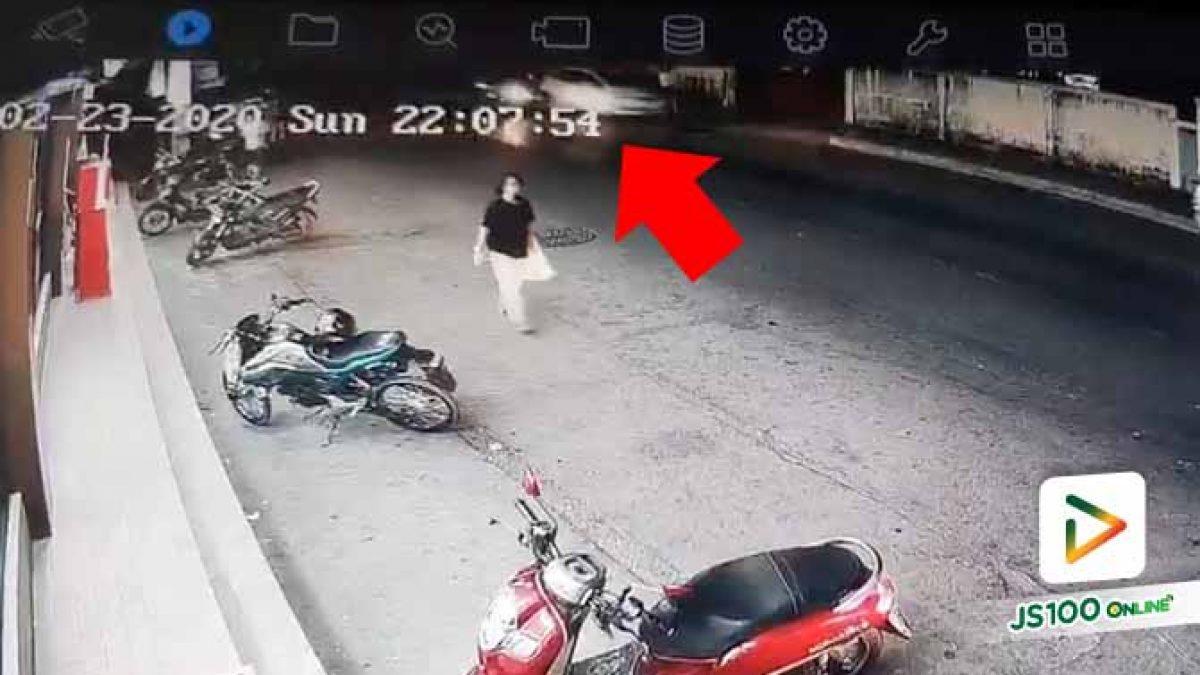 นาทีรถเก๋งสีน้ำเงินพุ่งชนท้ายรถเก๋งสีขาว อัดหญิงสาวและลูกติดกับกำแพง (23/2/63)