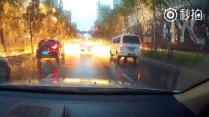 คลิป!  นาทีฟ้าผ่ากลางถนน เกิดสะเก็ดไฟปลิวทั่วบริเวณ