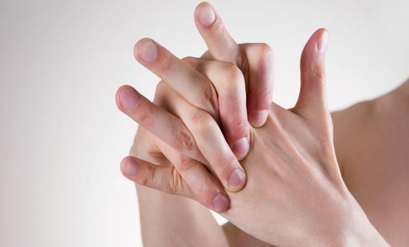 นักวิจัยเผยคำตอบ การหักหรือดึงนิ้ว ดังก๊อก! จะเกิดผลอย่างไร?