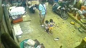 เผยคลิปกล้องวงรปิดขณะคนร้ายขโมยมือถือเด็ก ก่อนตีเนียนเดินหนีไป