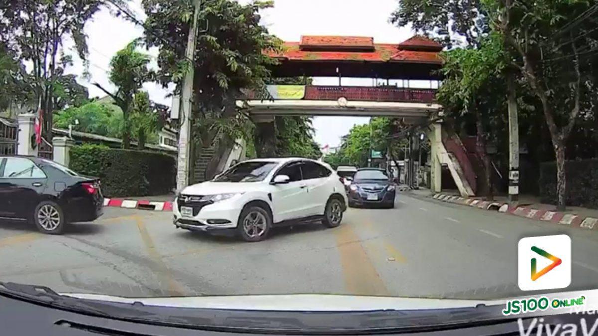 ขบวนรถขับเลนสวนจนรถที่มาถูกเลนคิดว่าเป็นวันเวย์ บริเวณทางเข้าโรงเรียนแห่งหนึ่งใน จ.เชียงใหม่ (20-09-61)