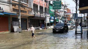คนเมืองเพชรยังใช้ถนนสัญจรได้ แม้น้ำท่วมขัง เจ้าหน้าที่เร่งติดตั้งเครื่องสูบน้ำ