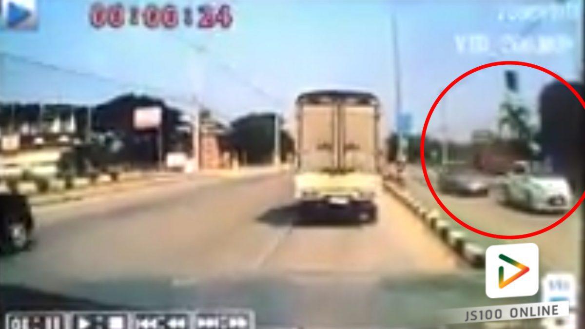 รถชนกันที่จุดกลับรถ หนึ่งคันพลิกคว่ำ (17-02-61)