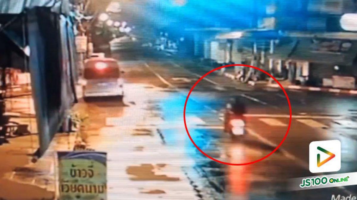 คลิปนาทีรถตู้เลี้ยวตัดเลนเพื่อกลับรถไม่ทันระวังจยย.ทางตรงวิ่งตามมาชนเต็มๆ (16-07-61)