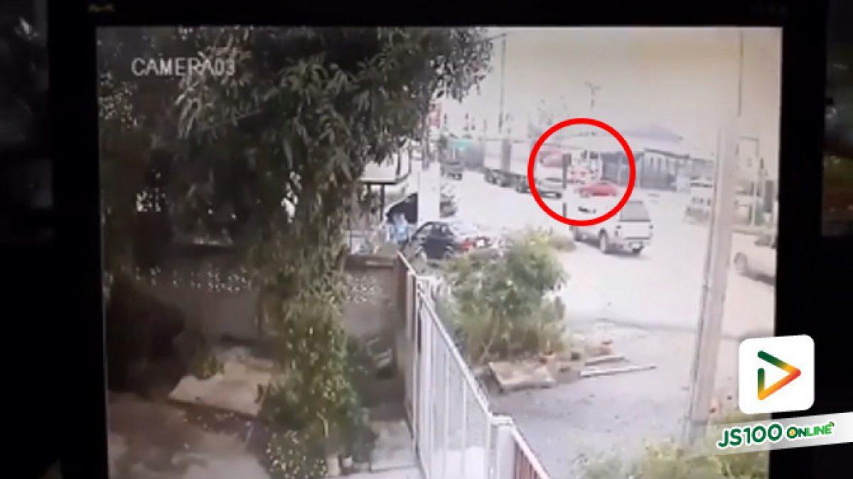 คลิปอุบัติเหตุรถเก๋งออดี้ป้ายแดงชนรถพ่วง ลูกพ่วงหลุดฟาดปิกอัพอีก ดับ 5 ศพ สี่แยกดอนกระเบื้อง อ.ศรีประจันต์ สุพรรณบุรี(12-11-61)
